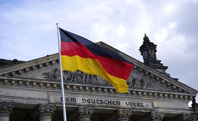 Deutschlandflagge vor Reichstagsgebäude