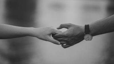 Paar gibt sich die Hand