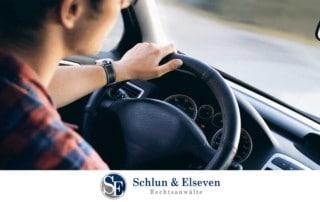 Junger Mann fährt Auto mit Hand am Steuer