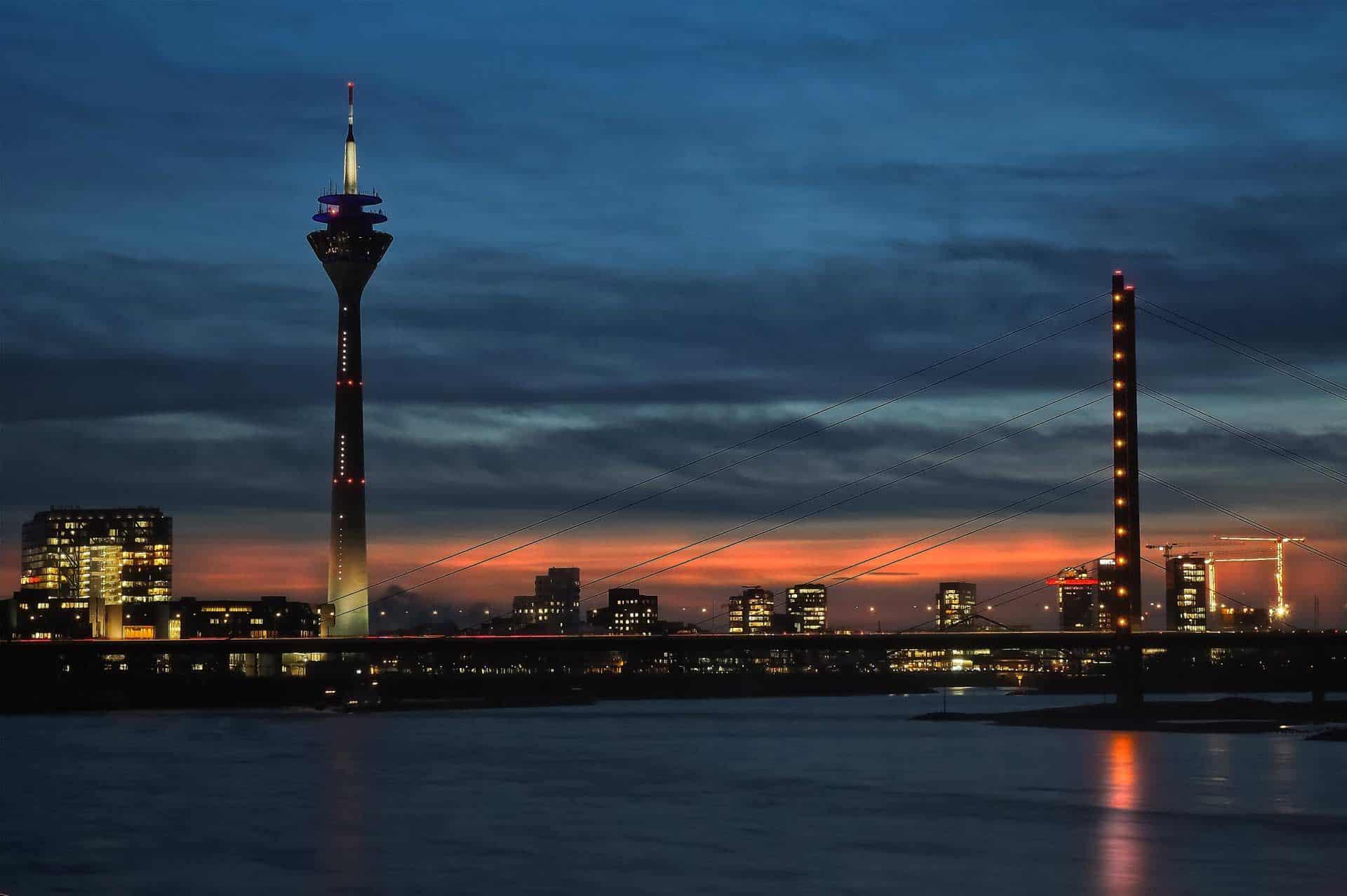 Düsseldorf Rheinbrücke bei Nacht